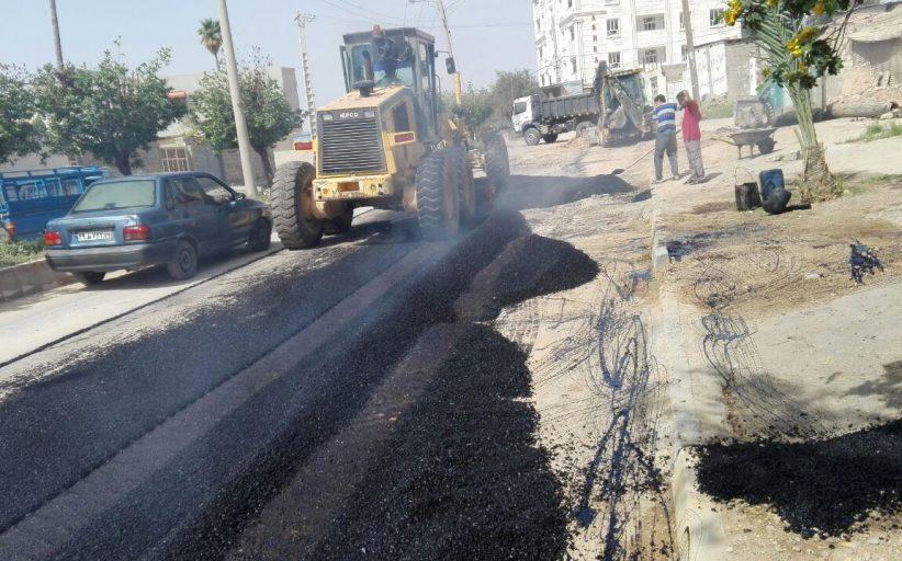 مسئول واحد عمران شهرداری مسجدسلیمان: عملیات لکه گیری آسفالت کلیه خیابانهای اصلی ادامه دارد+تصاویر