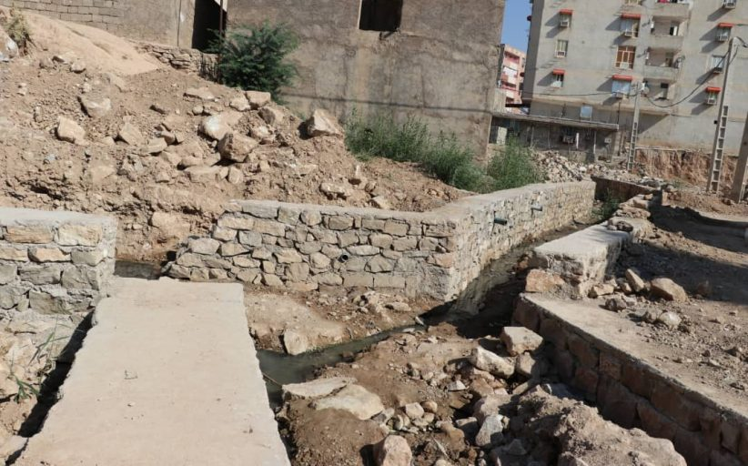 عملیات احداث دیوار حائل سنگی مسیل سیلاب منطقه ۸ بنگله (فاز۲) توسط شهرداری مسجدسلیمان