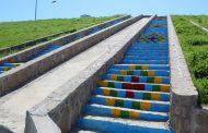 اجرای رنگ آمیزی فرش رنگی بر روی پله ها ی آبشار پارک ۱۱ هکتاری توسط شهرداری مسجدسلیمان